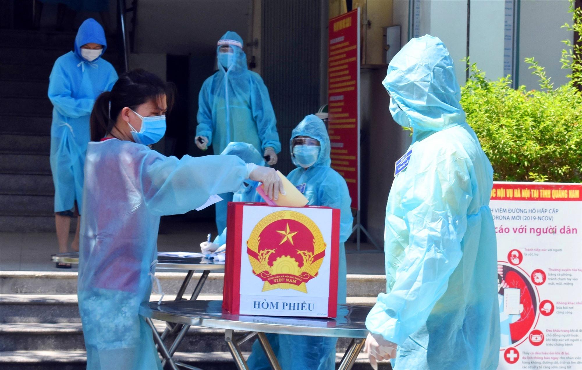 Cử tri bỏ phiếu tại khu cách ly Trường Đại học Nội vụ phân hiệu Quảng Nam.