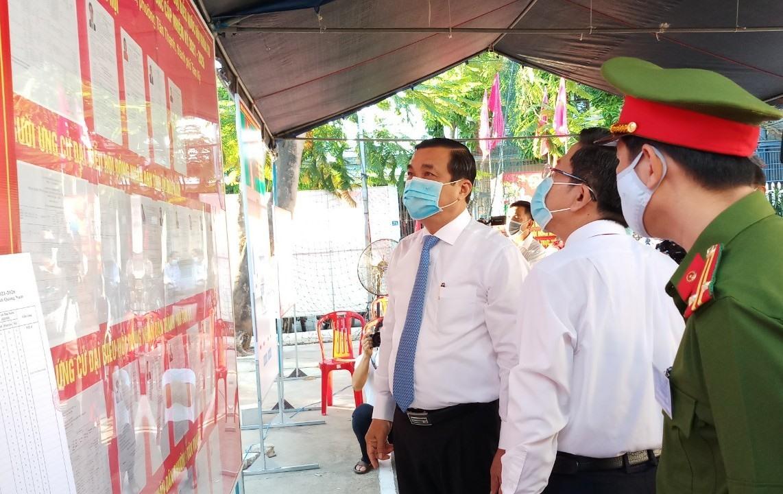 Bí thư Tỉnh ủy Phan Việt Cường kiểm tra khu vực niêm yết danh sách ứng cử viên tại khu vực bỏ phiếu số 6 (khối phố Hòa Nam, phường Tân Thạnh, TP.Tam Kỳ).
