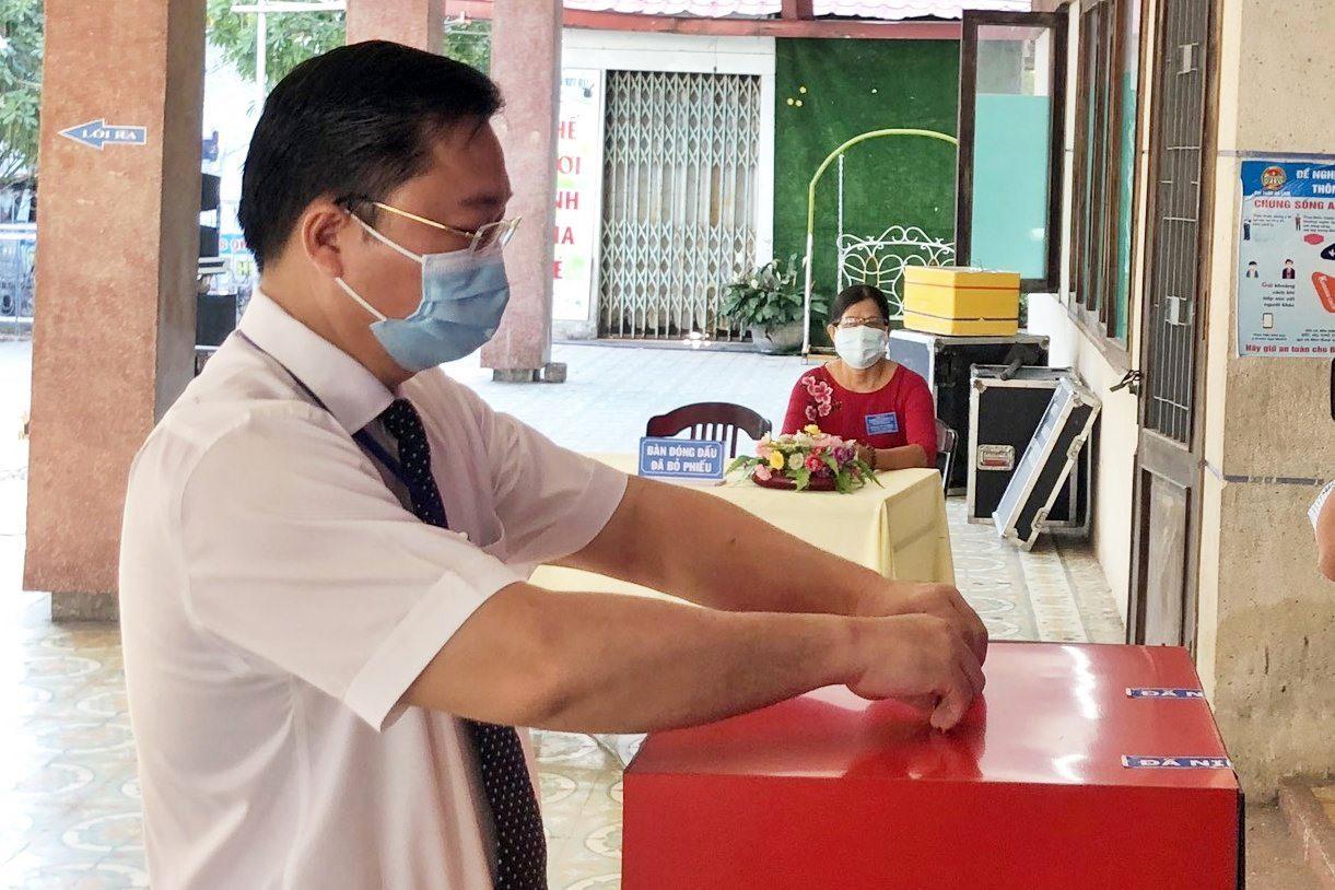 Chủ tịch UBND tỉnh Lê Trí Thanh tham gia bỏ phiếu tại Khu vực bỏ phiếu số 4.