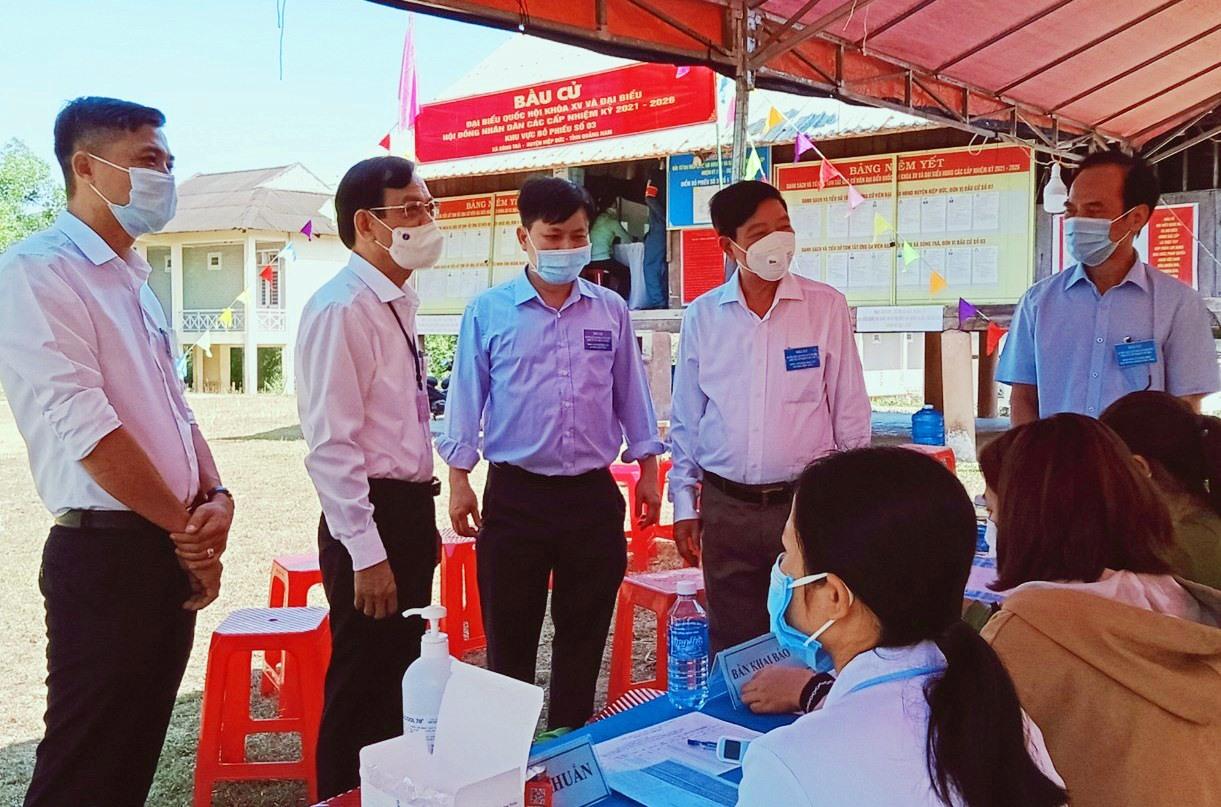 Trưởng ban Tổ chức Tỉnh ủy Nguyễn Chín (thứ 2 trái sang) kiểm tra bầu cử tại Hiệp Đức.