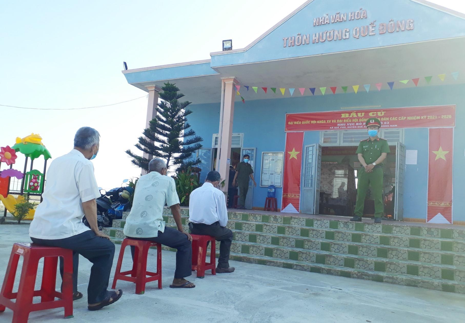Cử tri thôn Hương Quế Đông (xã Quế Phú) xếp hàng giãn cách khi chờ bầu cử.