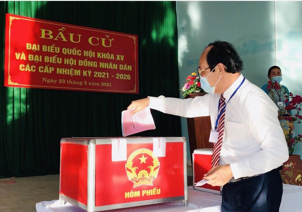 Chủ tịch Ủy bạn MTTQ Việt Nam tỉnh Võ Xuân Ca bỏ phiếu thực hiện quyền công dân tại khu vực bỏ phiếu số 5.