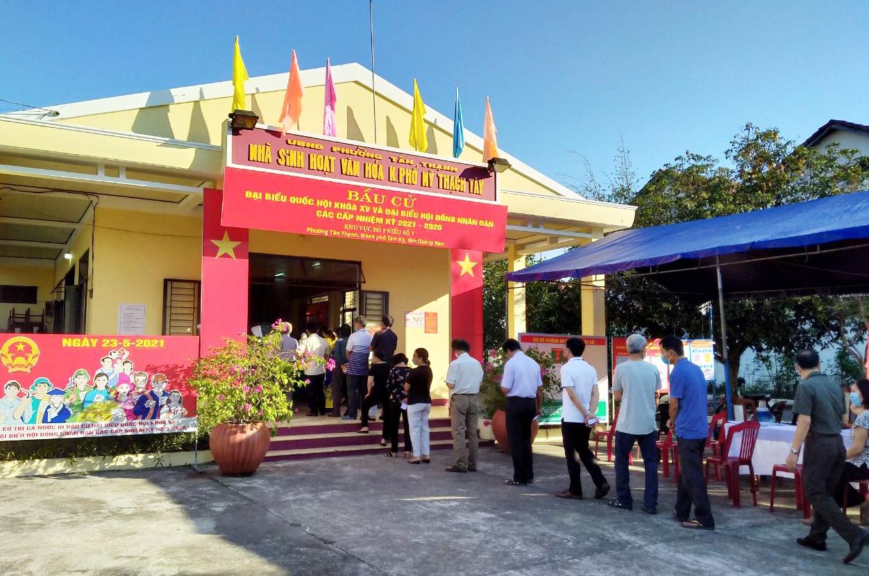 Những cử tri đầu tiên tham gia bầu cử tại khối phố Mỹ Thạch Tây, phường Tân Thạnh. Tam Kỳ.