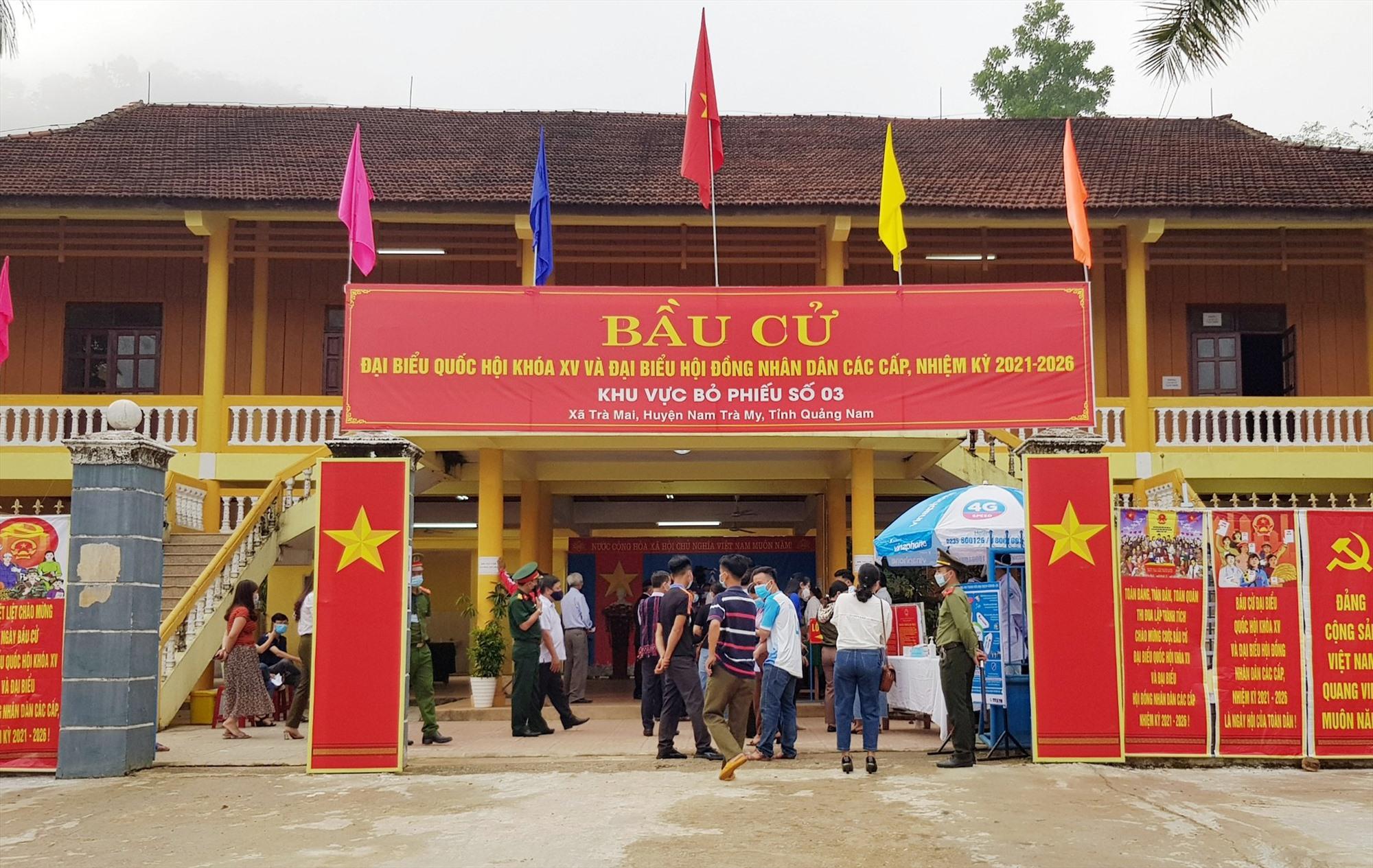 Cử tri đi bầu cử tại khu vực bỏ phiếu số 3 (xã Trà Mai).