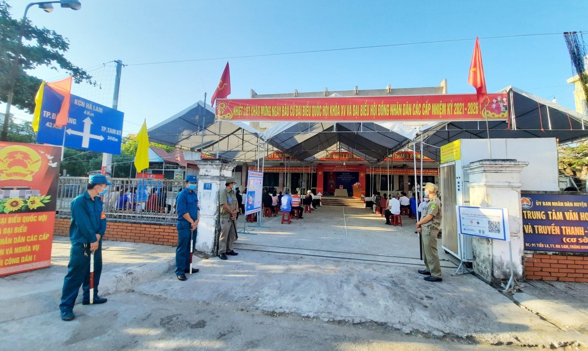 Khu vực bỏ phiếu số 4 (khối phố 4, thị trấn Hà Lam, Thăng Bình) được chuẩn bị chu đáo, đảm bảo anh ninh, phòng chống dịch Covid-19.