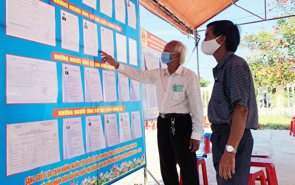 Cử tri huyện Duy Xuyên xem lại các thông tin về ứng cử viên trước khi bầu cử.