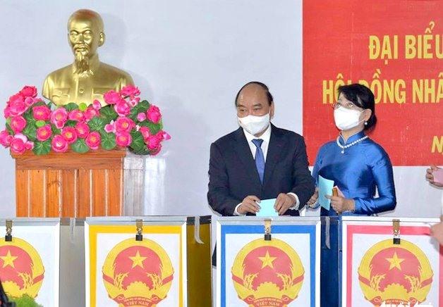 Chủ tịch nước Nguyễn Xuân Phúc bỏ phiếu thực hiện quyền công dân. Ảnh: tuoitre.vn