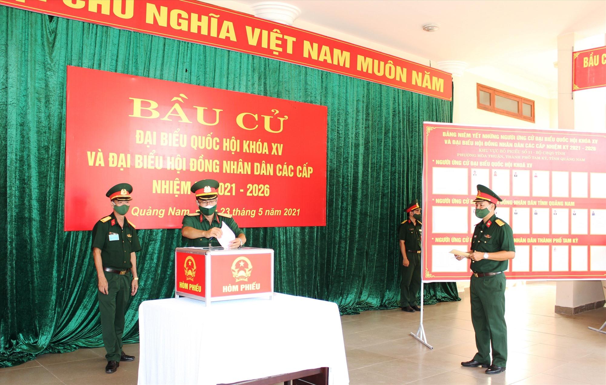 Cử tri là quân nhân trong lực lượng vũ trang tiến hành bỏ phiếu bầu cử.