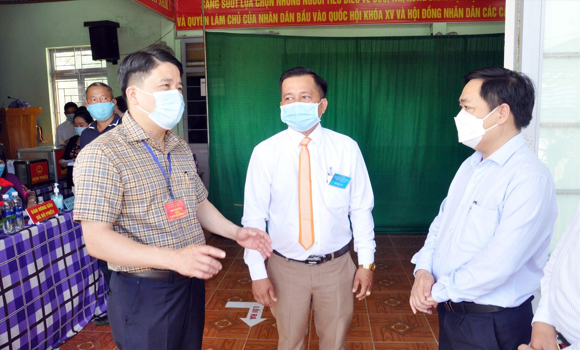 Phó Chủ tịch UBND tỉnh Trần Văn Tân trao đổi về công tác chuẩn bị bầu cử trên địa bàn Tam Kỳ