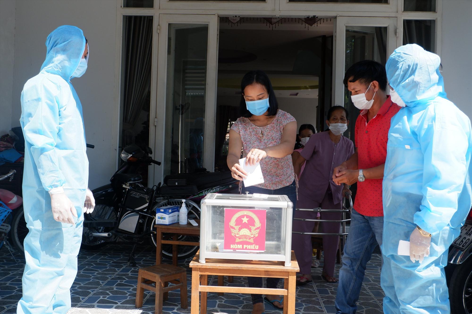 Cử tri thuộc diện F2 bỏ phiếu bầu cử vào thùng phiếu phụ được Tổ bầu cử đưa đến tận nhà.