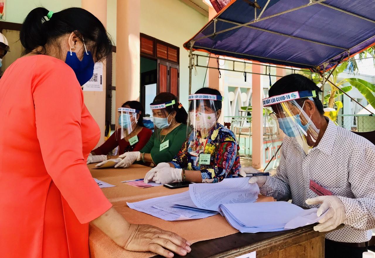 Cán bộ phụ trách công tác bầu cử tại các khu vực bỏ phiếu ở Duy Xuyên được trang bị kính chống giọt bắn phòng chống dịch Covid-19.
