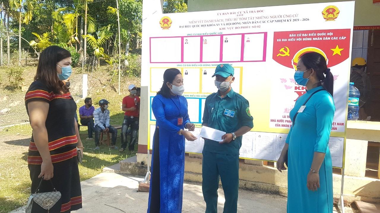 Bà Huỳnh Thị Thùy Dung thăm hỏi các thành viên Tổ bầu cử ở xã Trà Đốc.