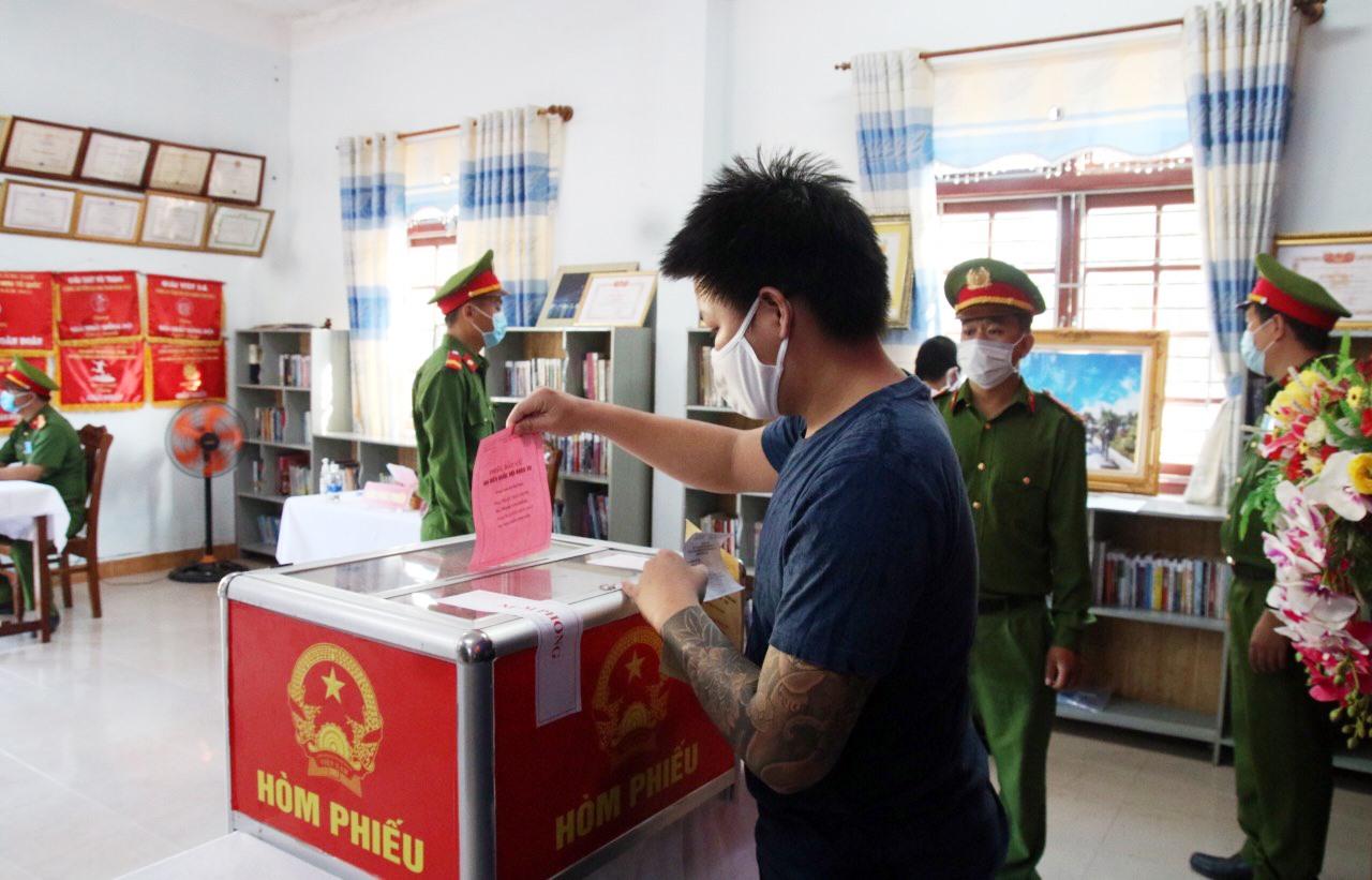 Bị can đang tạm giam tại Trại tạm giam Công an tỉnh tham gia bỏ phiếu.