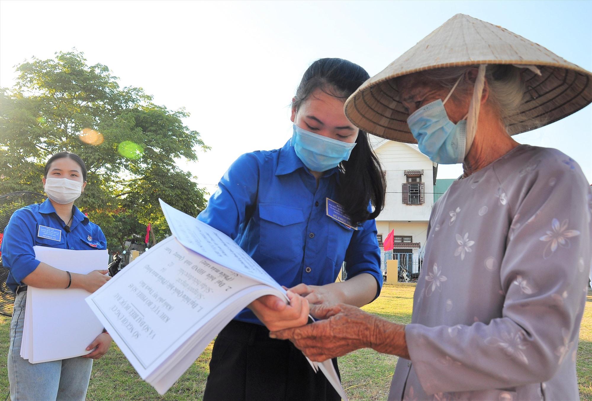Tuổi trẻ phường Tân Thạnh (TP.Tam Kỳ) hướng dẫn cử tri bầu đúng số lượng đại biểu từng cấp. Ảnh: VINH ANH