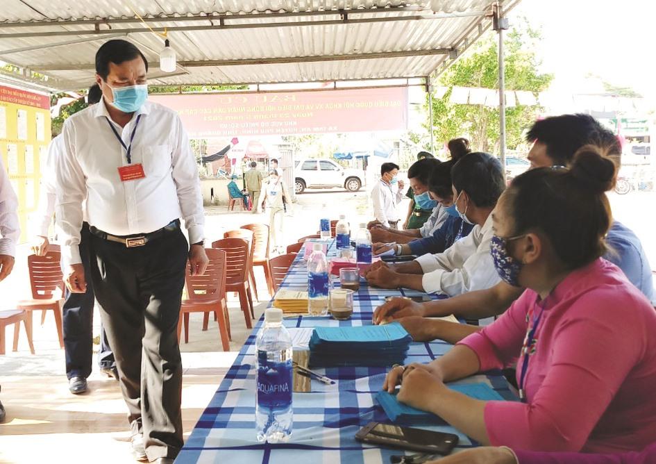 Bí thư Tỉnh ủy Phan Việt Cường kiểm tra tại điểm bỏ phiếu xã Tam An (Phú Ninh). Ảnh: ALĂNG NGƯỚC