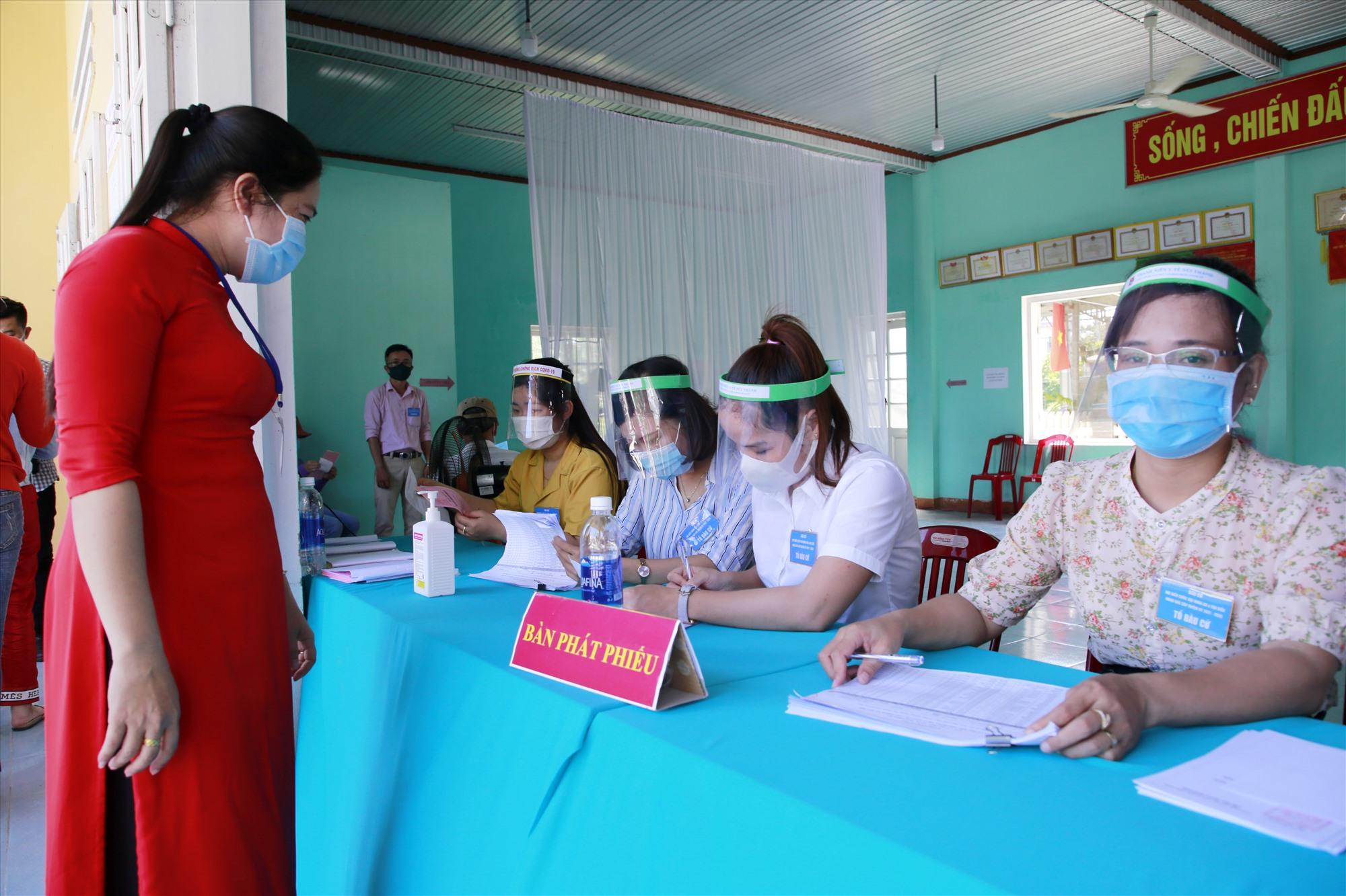 Công tác phòng chống dịch được thực hiện nghiêm ở các khu vực bỏ phiếu thuộc xã Tam Quang (Núi Thành). Ảnh: T.C