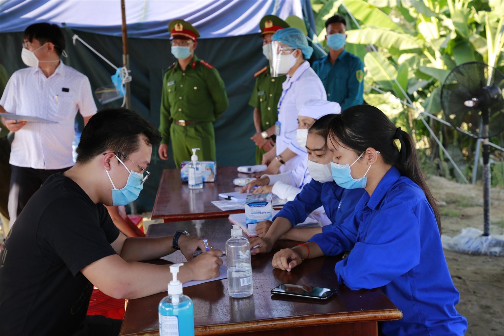 Từ 9.5 đến nay, có hơn 92.000 lượt người từ TP.Đà Nẵng về Quảng Nam đi qua các chốt kiểm soát phòng chống dịch của tỉnh. Ảnh: T.C
