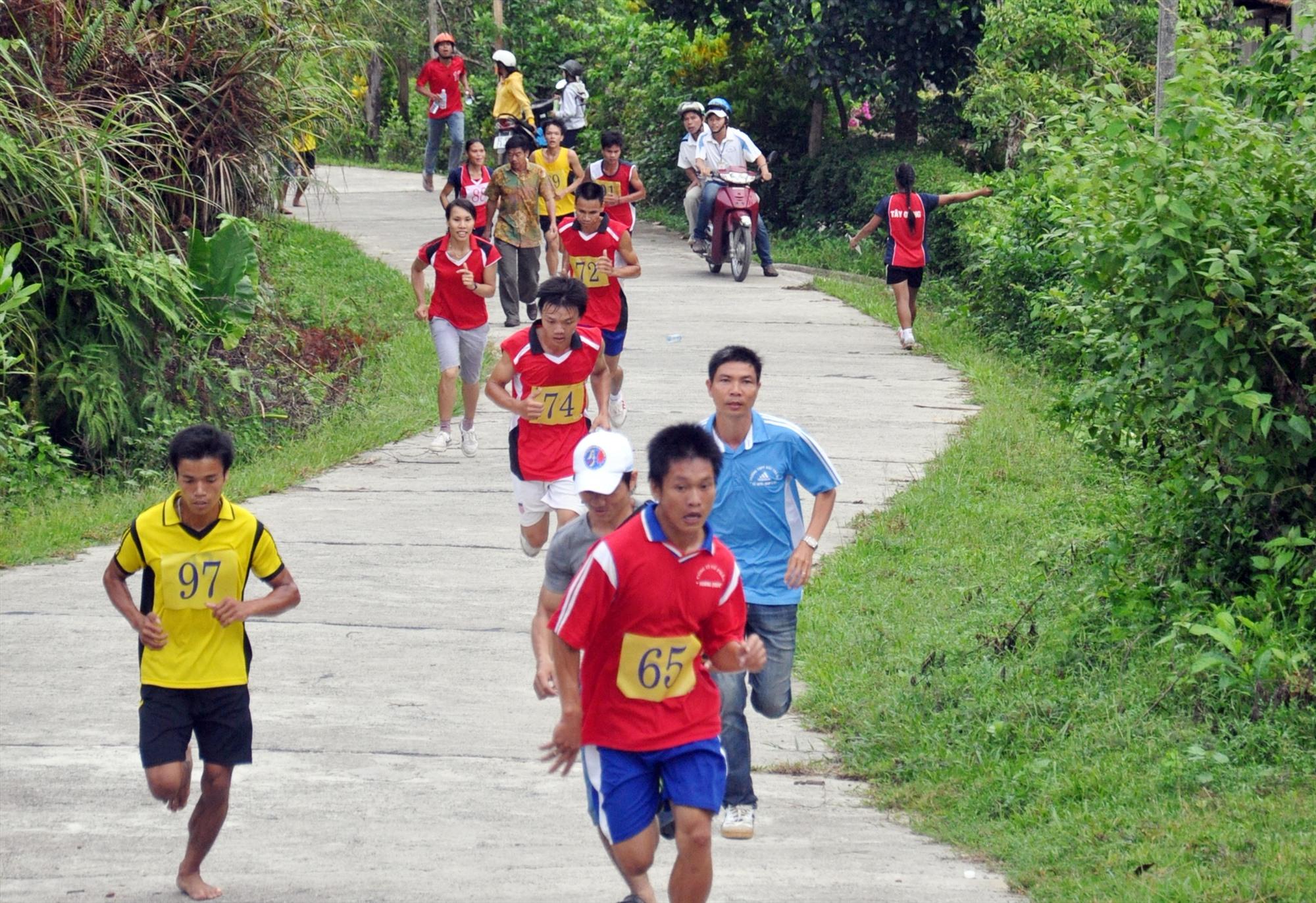 Các vận động viên thi đấu môn Việt dã leo núi ở hội thi lần thứ nhất. Ảnh: NGỌC ÁNH