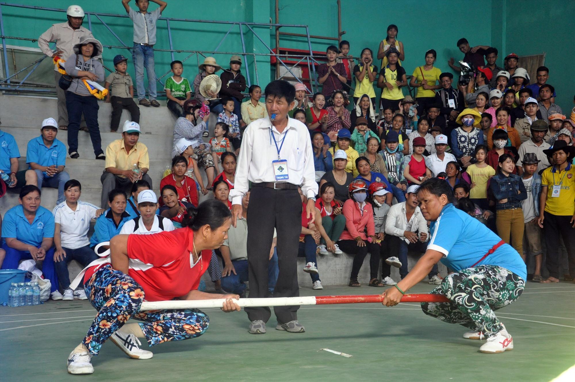 Đẩy gậy là một trong những môn được tổ chức tại hội thi. Ảnh: T.VY