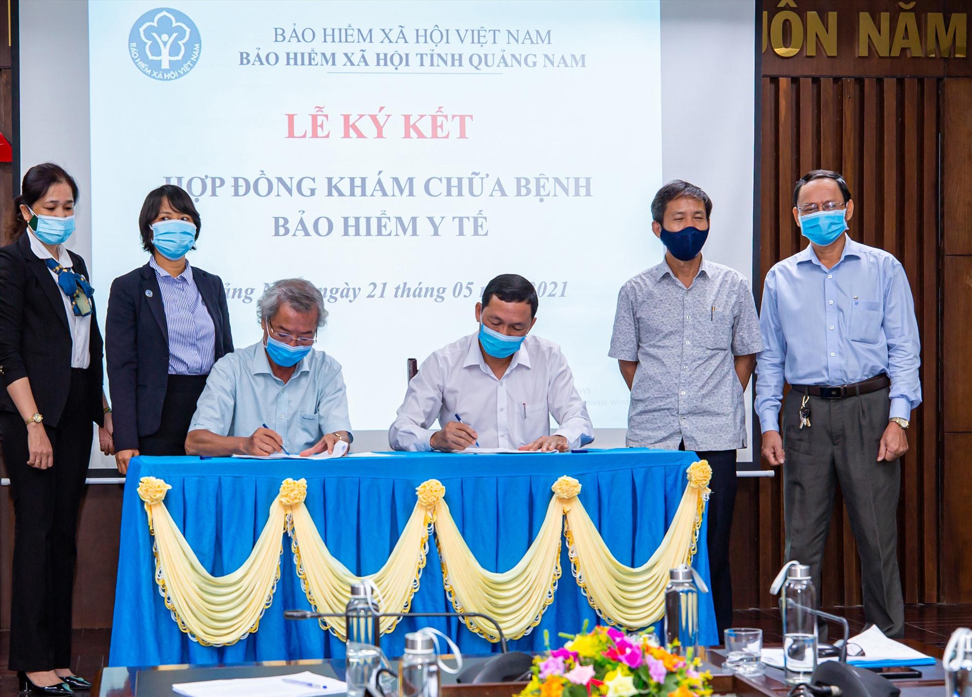 BHXH tỉnh ký kết hợp đồng khám chữa bệnh bảo hiểm y tế với phòng khám tư nhân. Ảnh: D.L
