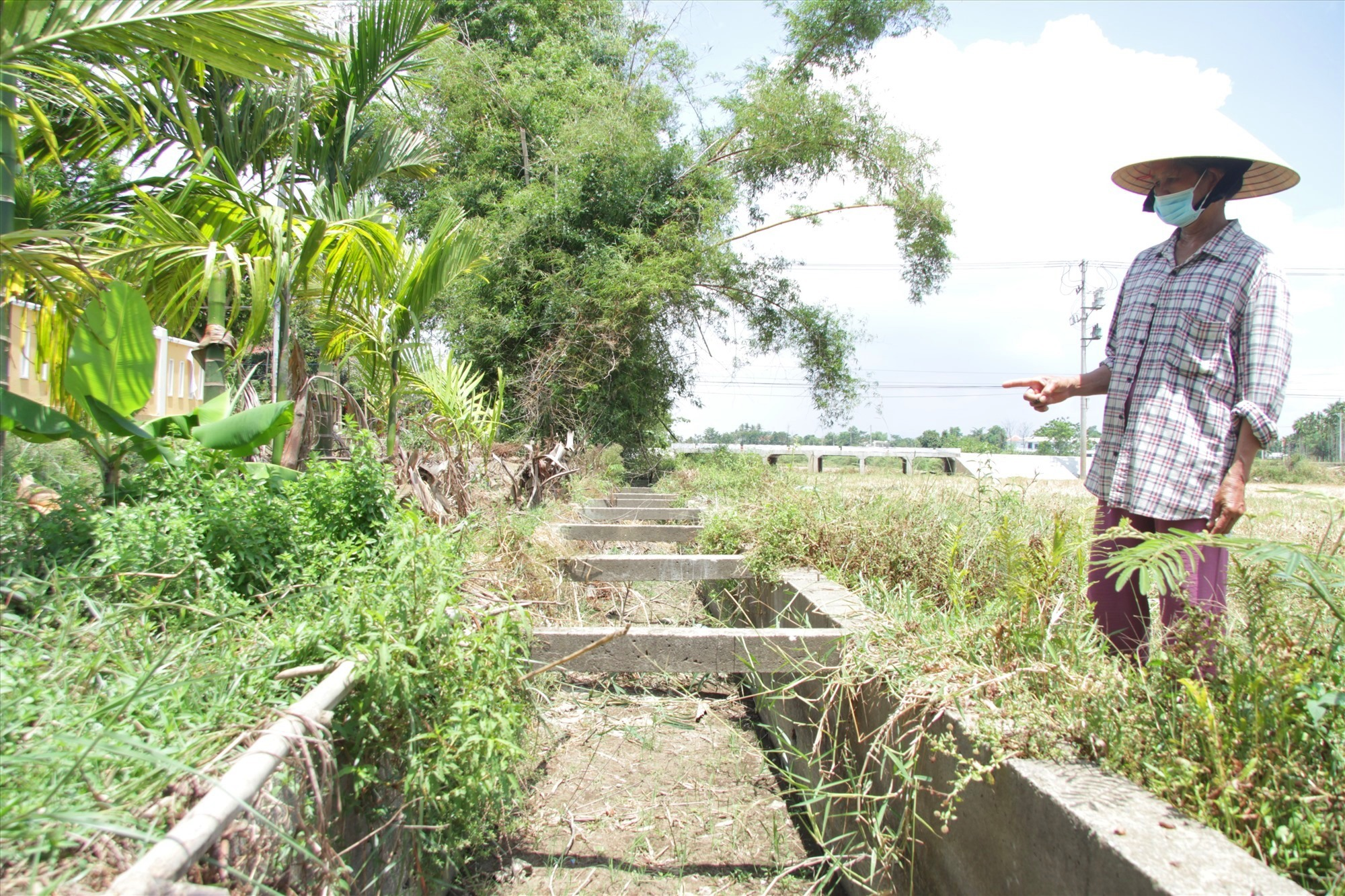 Mương dẫn nước tưới cho đồng ruộng tại thôn Đông Hà, xã Cẩm Kim không có một giọt nước nào. Ảnh: Q.H