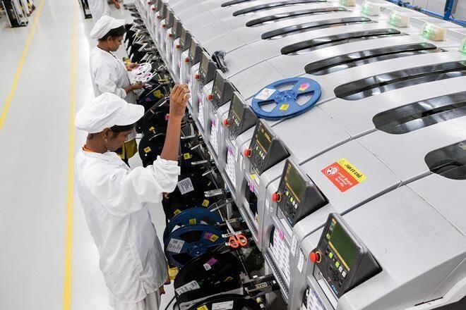 Nhân viên làm việc trong nhà máy của Foxconn tại tỉnh Tamil Nadu, Ấn Độ. Ảnh: Bloomberg