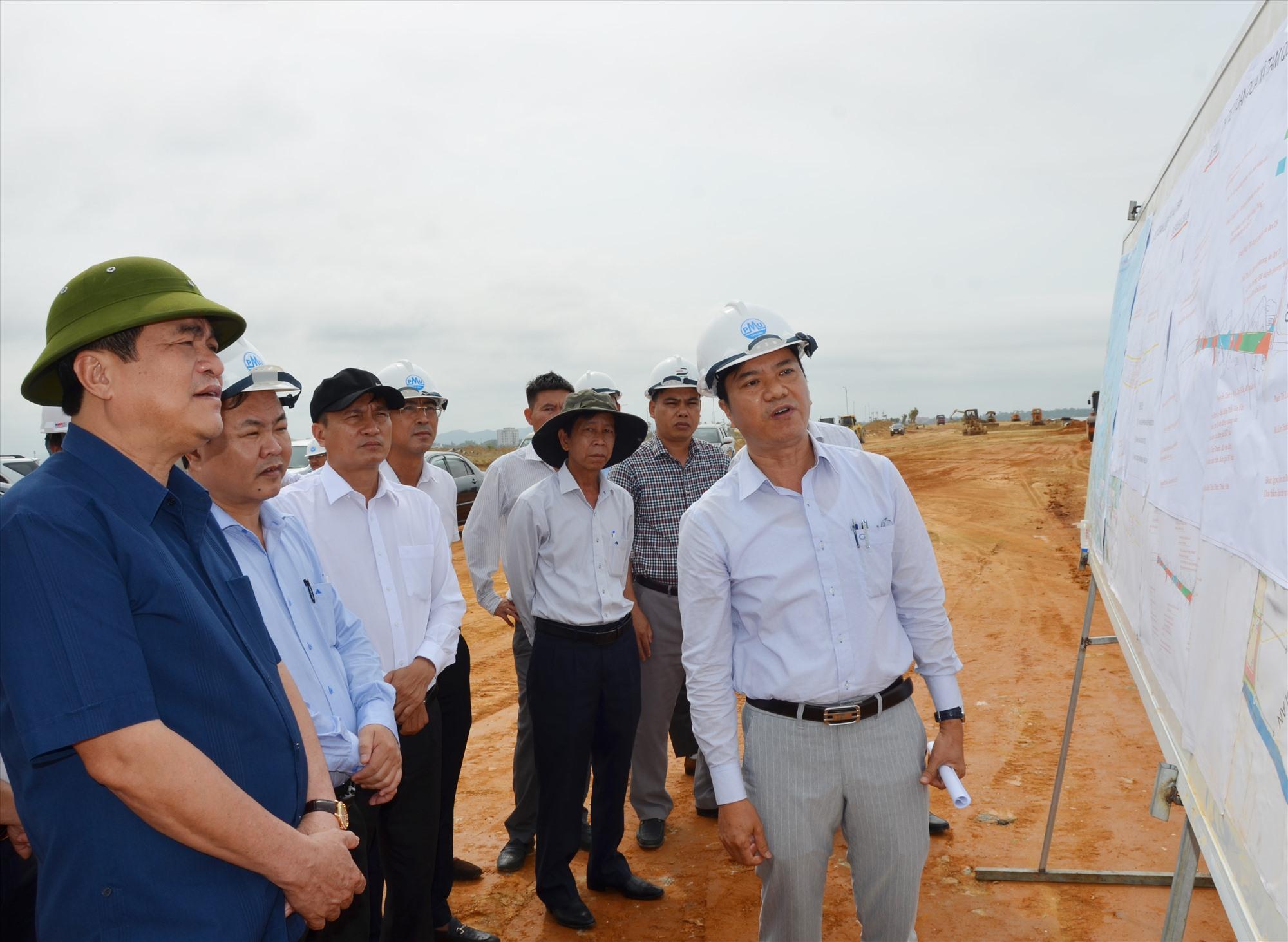 Bí thư Tỉnh ủy Phan Việt Cường kiểm tra tiến độ thi công, công tác GPMB đường Võ Chí Công vào cuối tháng 4.2021. Ảnh: H.Phúc