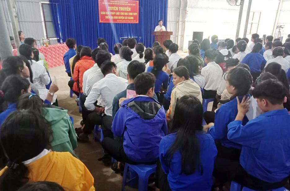 Tuyên truyền, phổ biến giáo dục pháp luật cho học sinh THPT ở Tây Giang. Ảnh H.THÚY