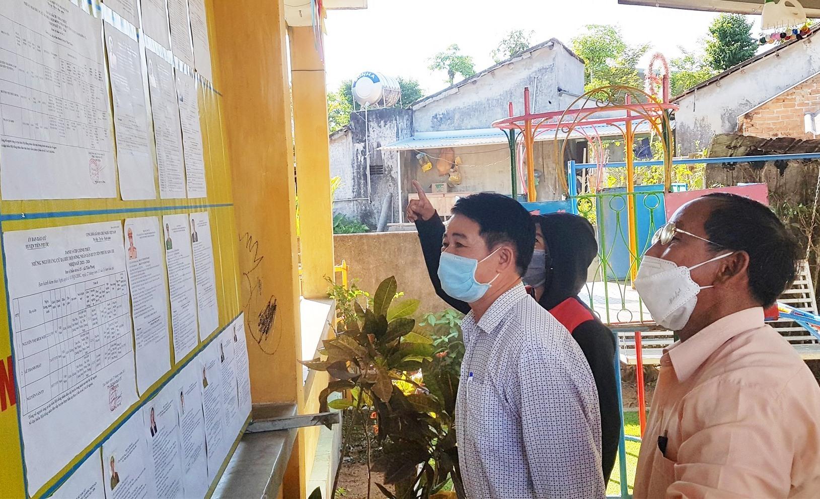 Cử tri Tiên Phước đi bầu cử trong ngày bầu cử. Ảnh: D.L