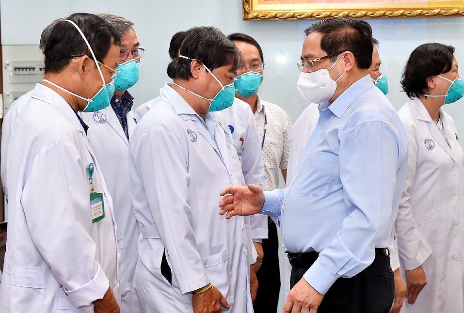 hủ tướng Phạm Minh Chính động viên đội ngũ thầy thuốc của BV Chợ Rẫy, ngày 13/5/2021. Ảnh: VGP/Nhật Bắc