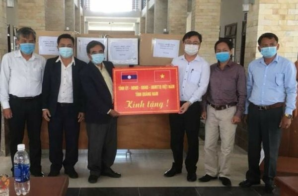 Representatives of Quang Nam and Sekong provinces at the handover ceremony of medical supplies