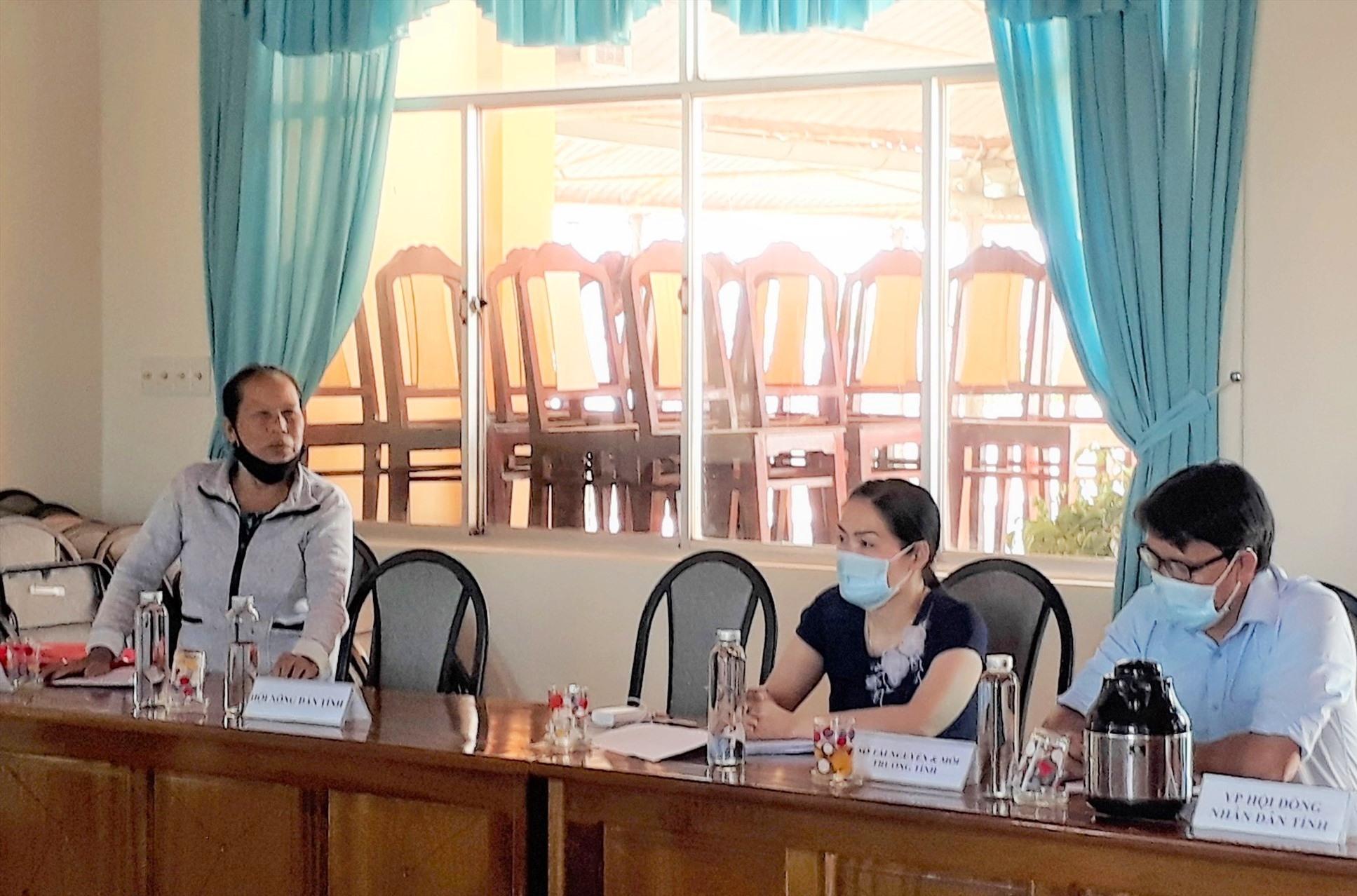 Bà Huỳnh Thị Mai nêu ý kiến tại buổi đối thoại. Ảnh: X.P