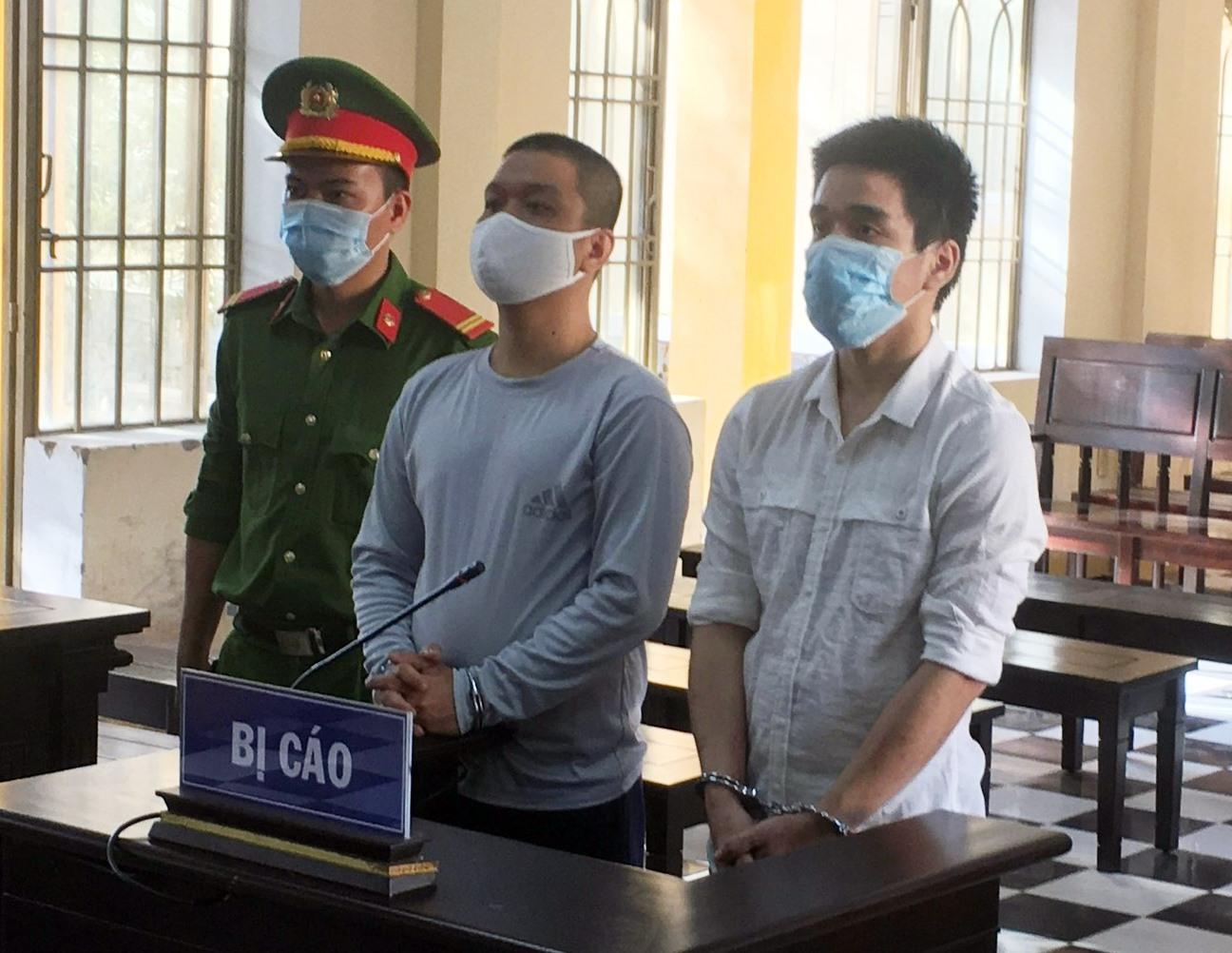 Bị cáo Thuận và Tài tại phiên tòa.