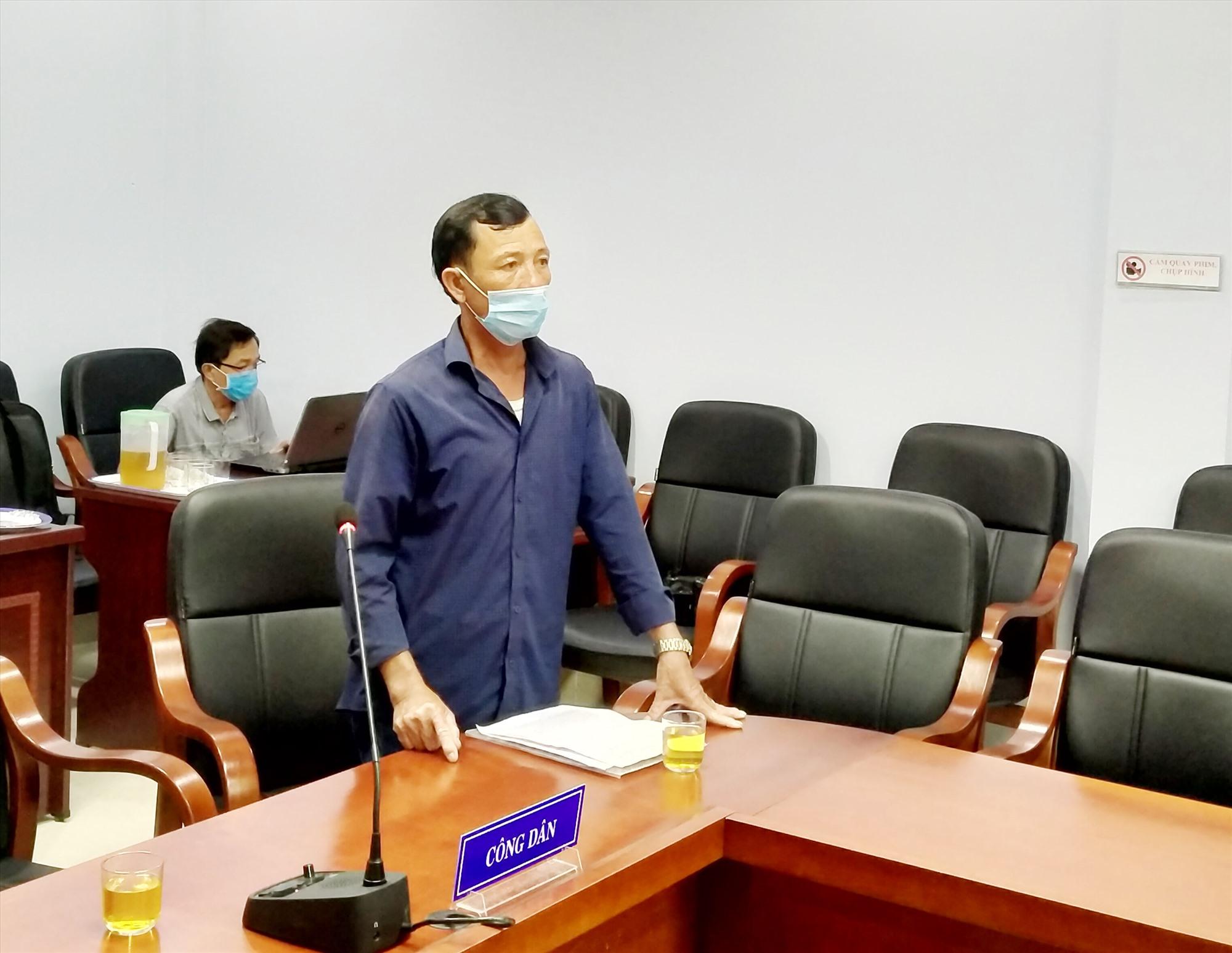 Ông Đỗ Duy Hùng phản ánh sự việc với Đoàn đại biểu Quốc hội tỉnh tại buổi tiếp dân định kỳ tháng 5.2021. Ảnh: N.Đ