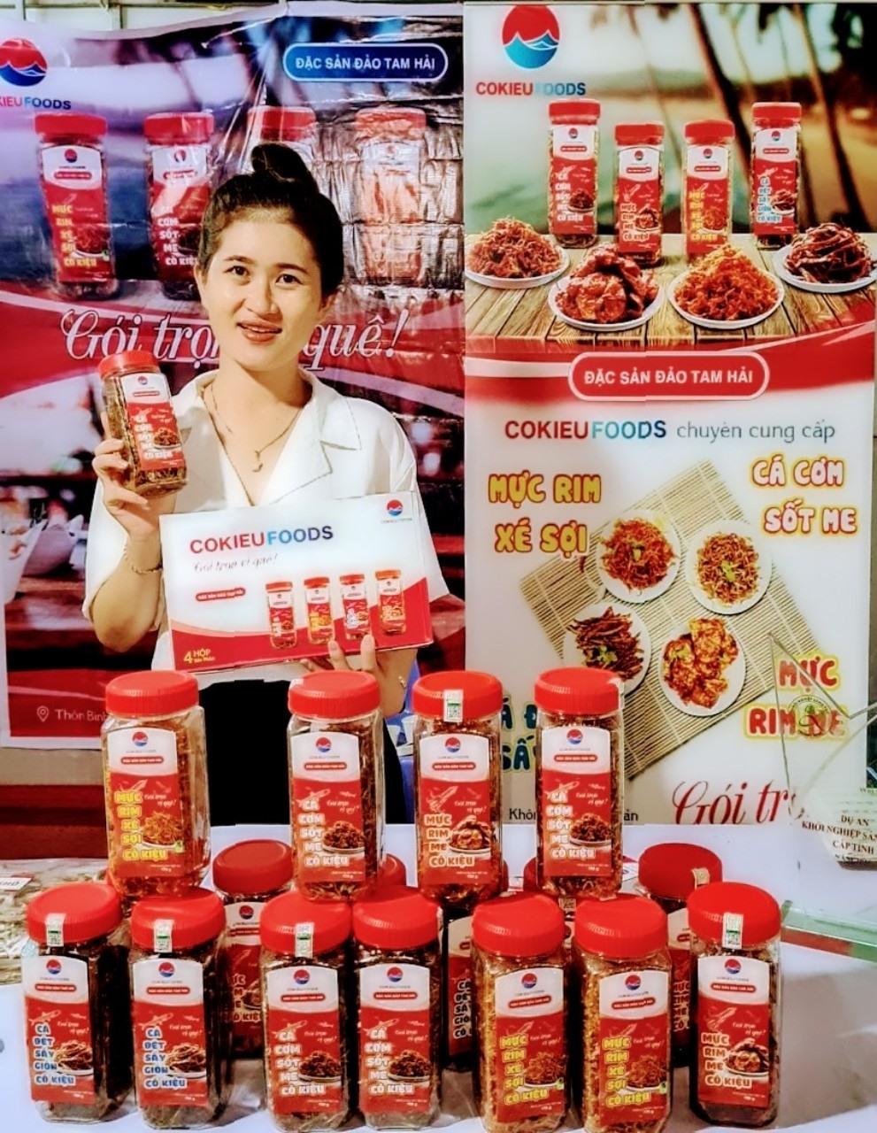 Chị Phạm Thị Lê Na với sản phẩm mực rim xé sợi. Ảnh: V.PHIN
