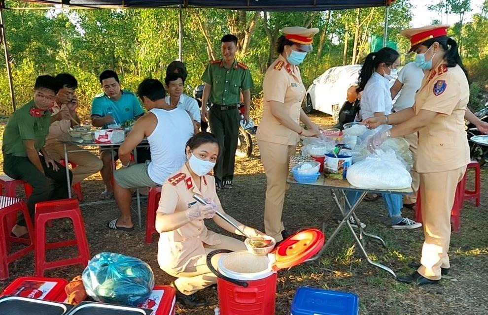 Cán bộ chiến sĩ nữ CSGT phục vụ bữa ăn cho các chốt phòng chống dịch Covid-19. Ảnh: K.H