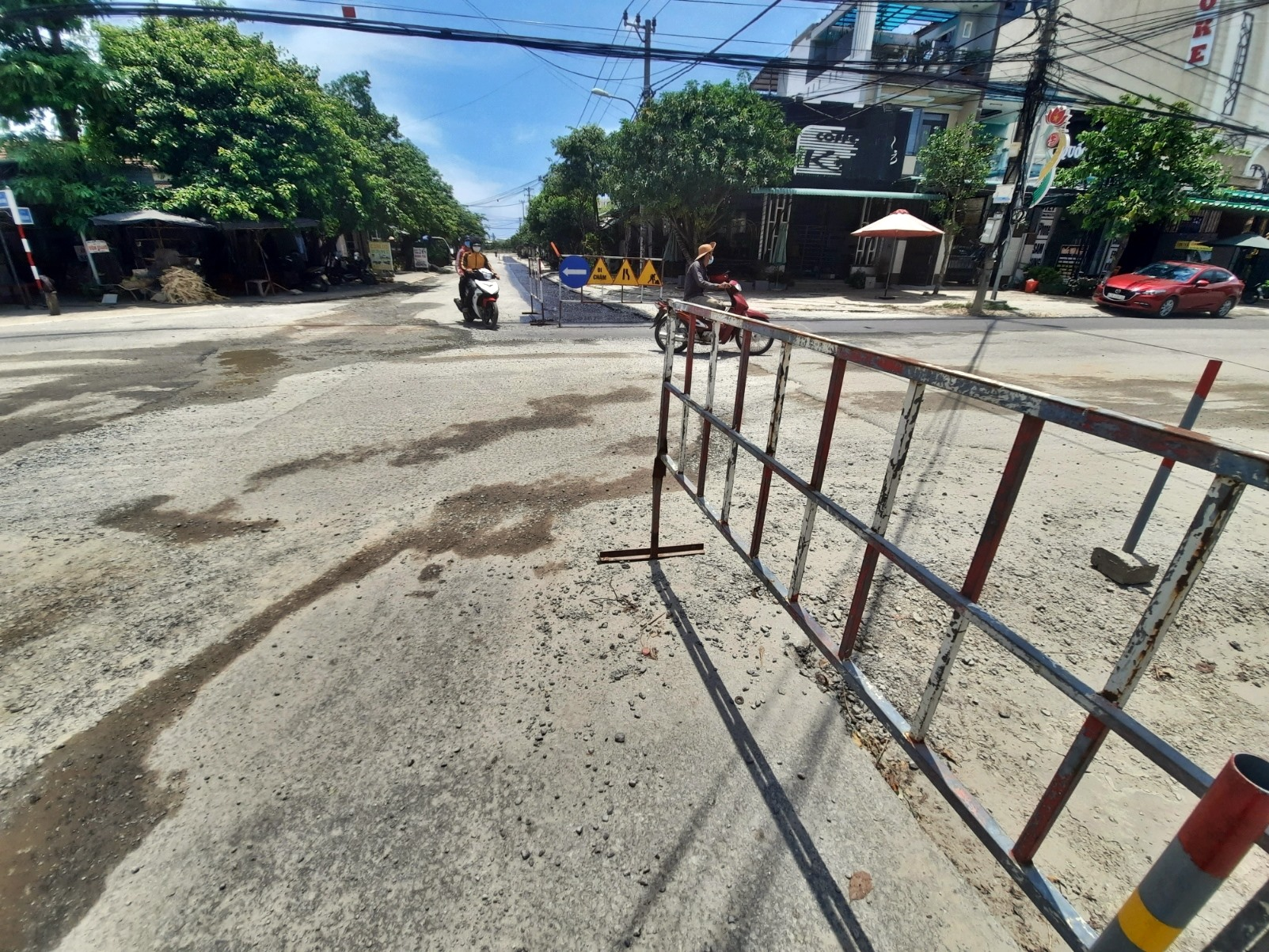 Dù đã triển khai từ khoảng tháng 5.2020 đến nay, nhưng Dự án hệ thống thoát nước và vệ sinh môi trường đô thị huyện Núi Thành vẫn chưa hoàn thành. Ảnh: H.Đ