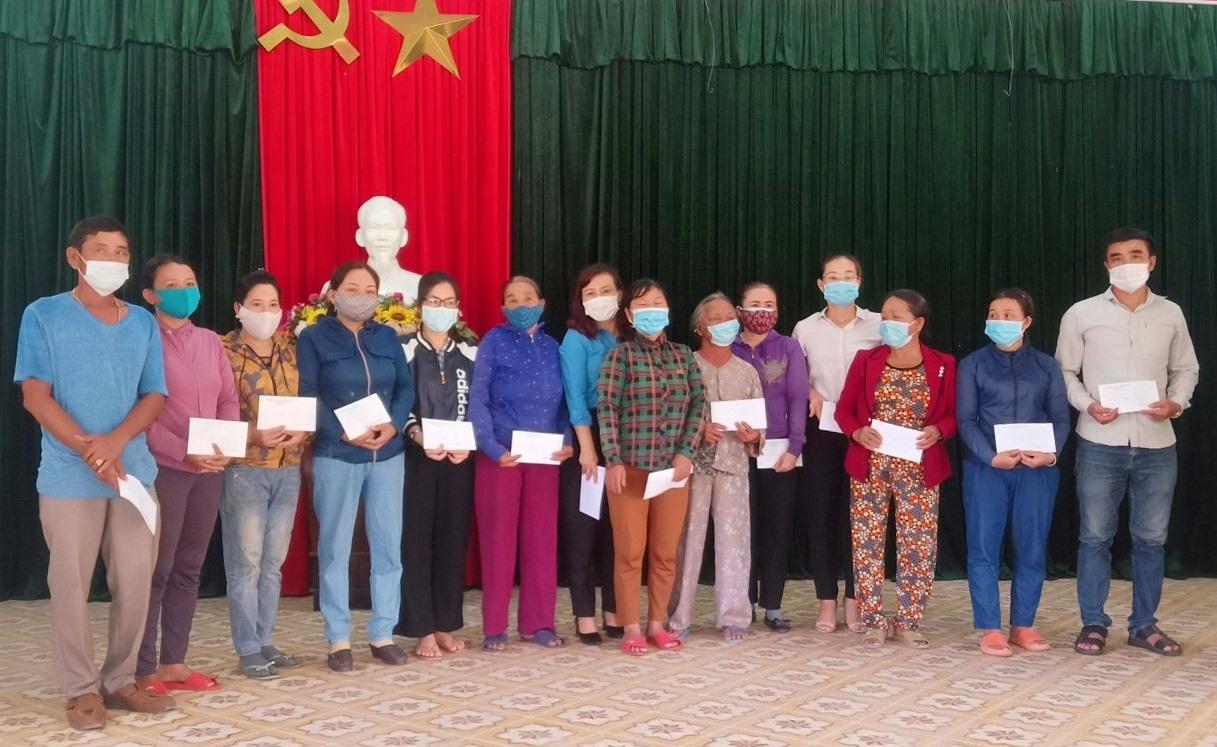 Liên đoàn Lao động tỉnh trao quà cho ngư dân gặp nạn. Ảnh: CTV