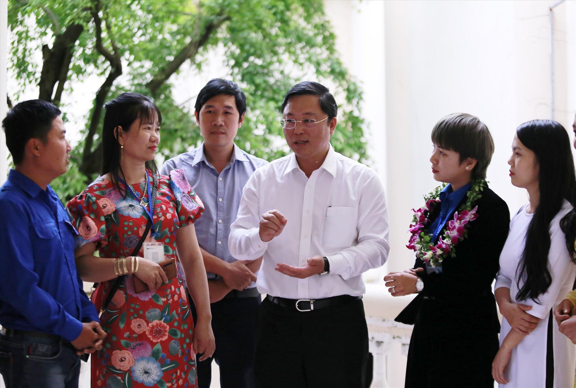 Chủ tịch UBND tỉnh Lê Trí Thanh trao đổi với các chủ doanh nghiệp trẻ. Ảnh: THÀNH CÔNG