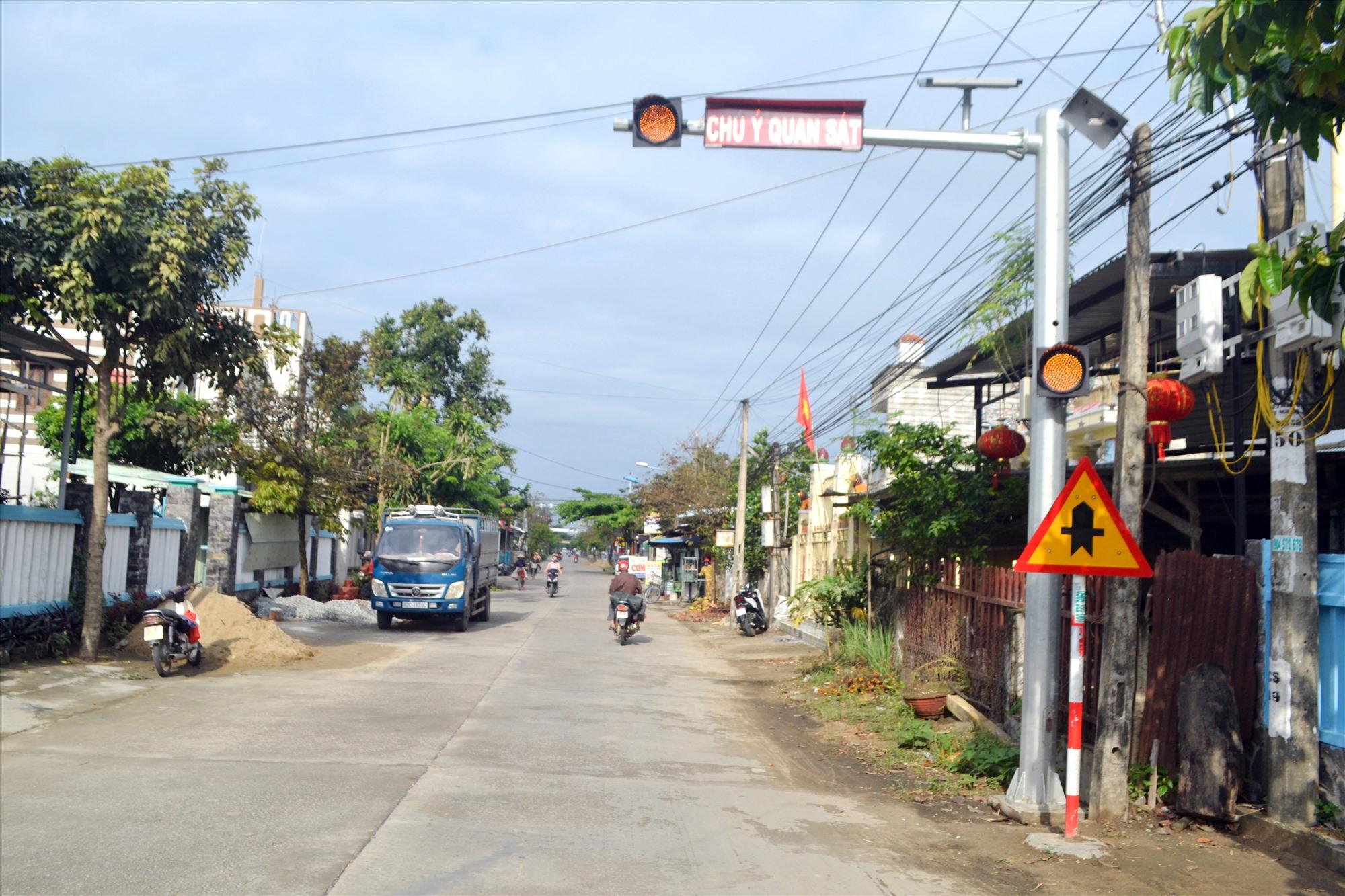 Ban ATGT tỉnh đã lắp đặt đèn cảnh báo nguy hiểm trên tuyến ĐT610B qua Điện Bàn. Ảnh: T.C.T