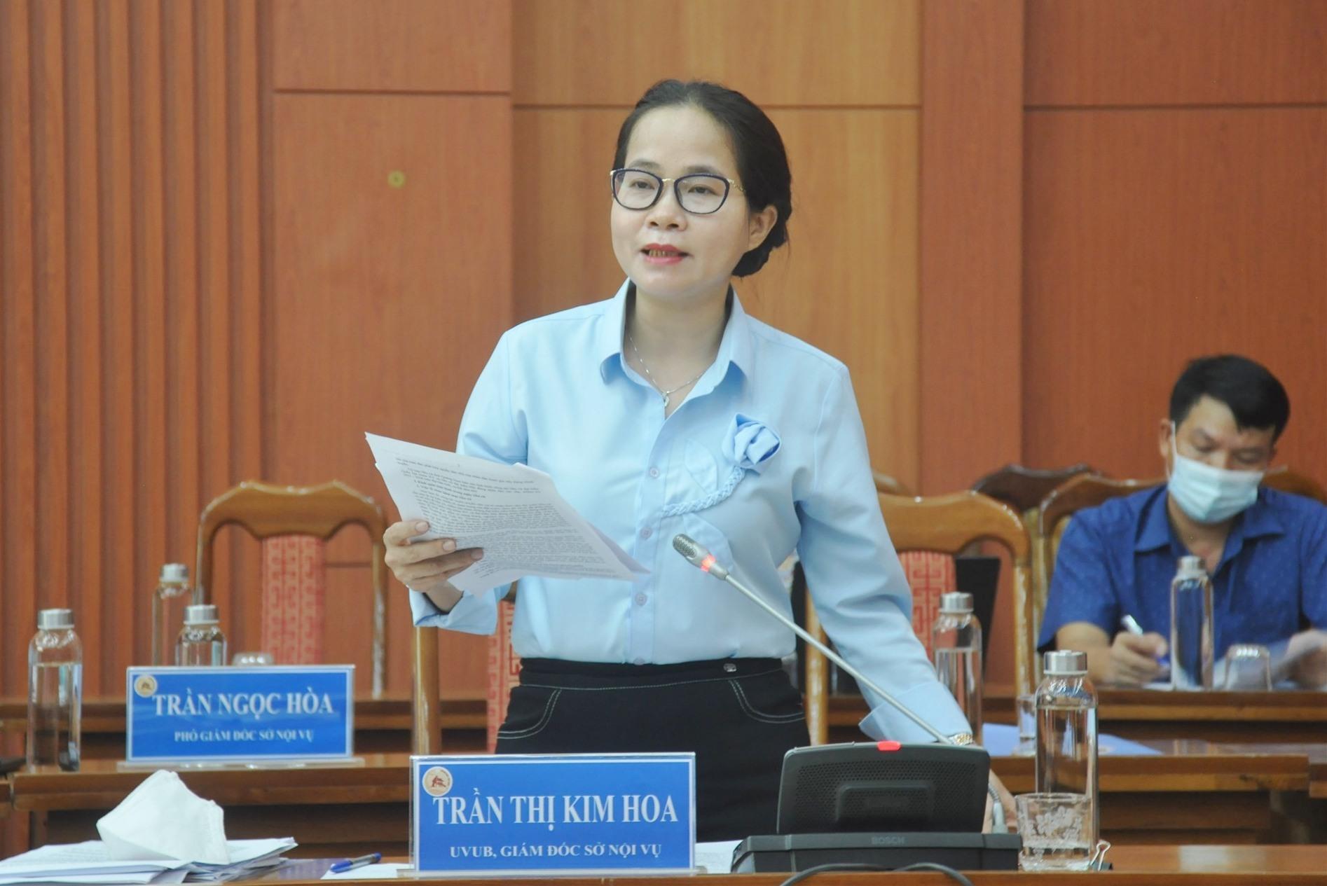 Bà Trần Thị Kim Hoa - Giám đốc Sở Nội vụ thông tin kết quả bầu cử tại phiên họp sáng 28.5. Ảnh: N.Đ