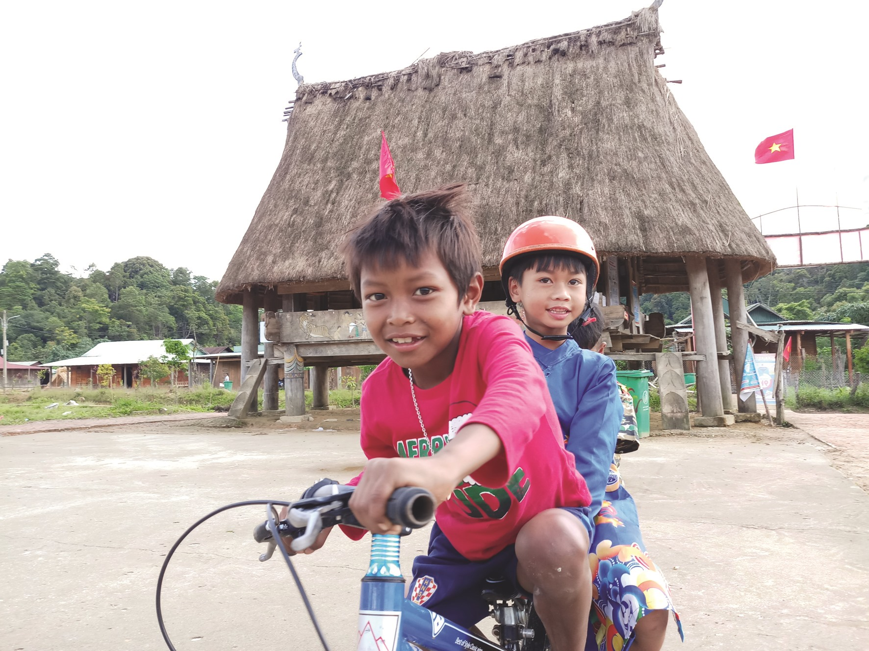Các em nhỏ ở biên giới Tây Giang tìm niềm vui bằng những chuyến xe đạp quanh làng.