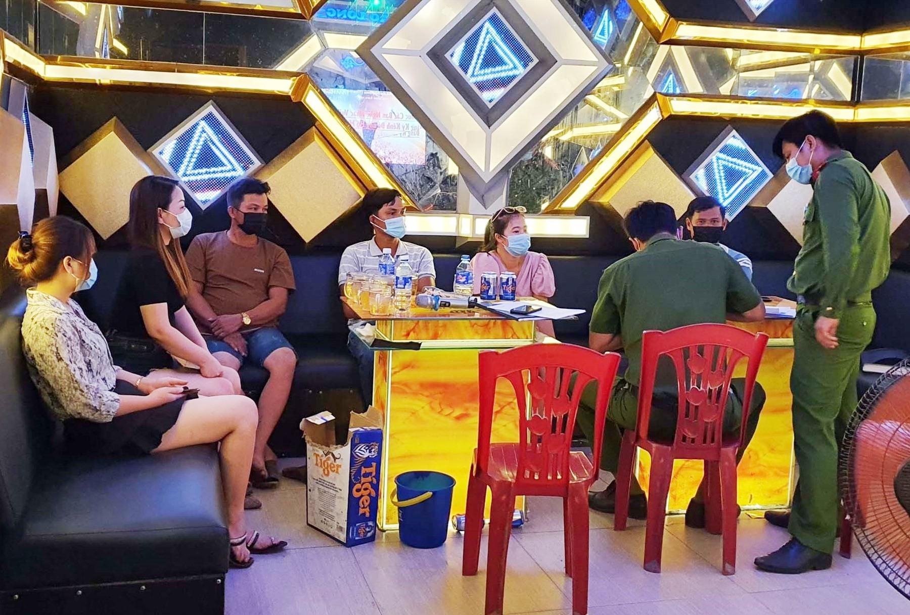Lực lượng công an làm việc với 6 khách hát karaoke tại quán karaoke Bảo Long trong thời điểm dịch Covid-19. Ảnh P.N