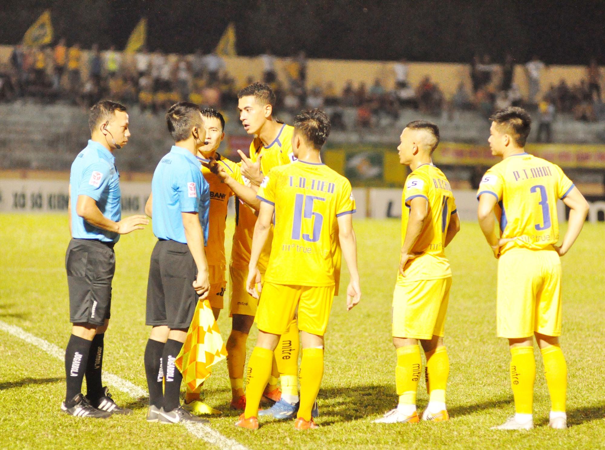 Sông Lam Nghệ An gặp quá nhiều khó khăn tại V-League 2021. Ảnh: A.NHI