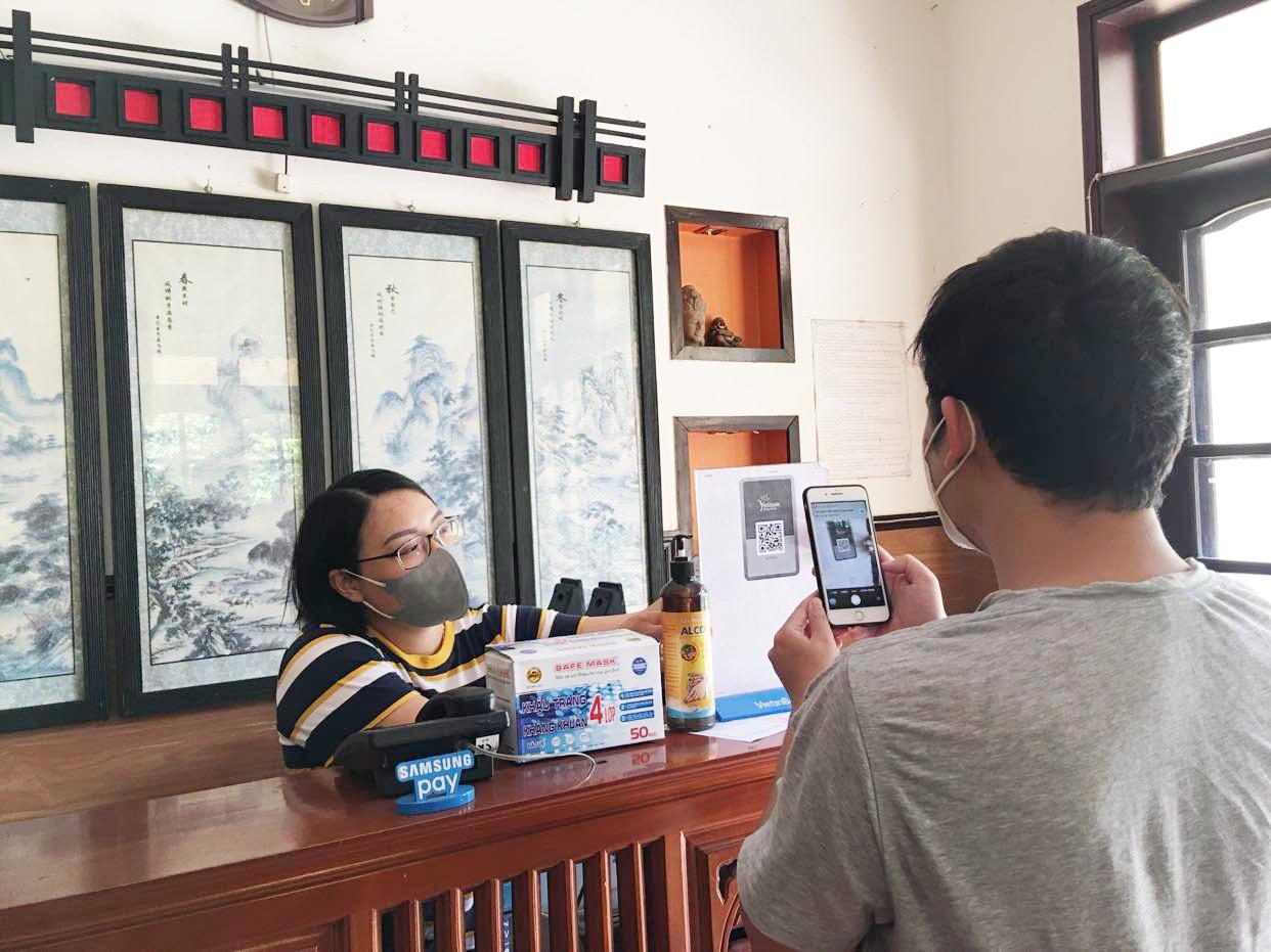 """Tham gia ứng dụng du lịch Việt Nam an toàn và cung cấp mã QR Code cho khách """"check"""" ngay tại sảnh khách sạn sẽ tạo thêm sự an tâm cho du khách. Ảnh: P.Q"""