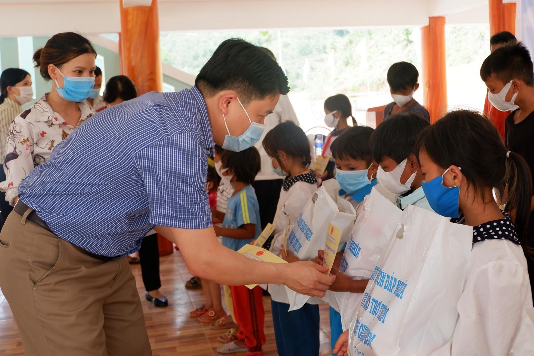 Phó Chủ tịch UBND Tỉnh Trần Văn Tân tặng quà cho trẻ em Trà Leng. Ảnh: X.H
