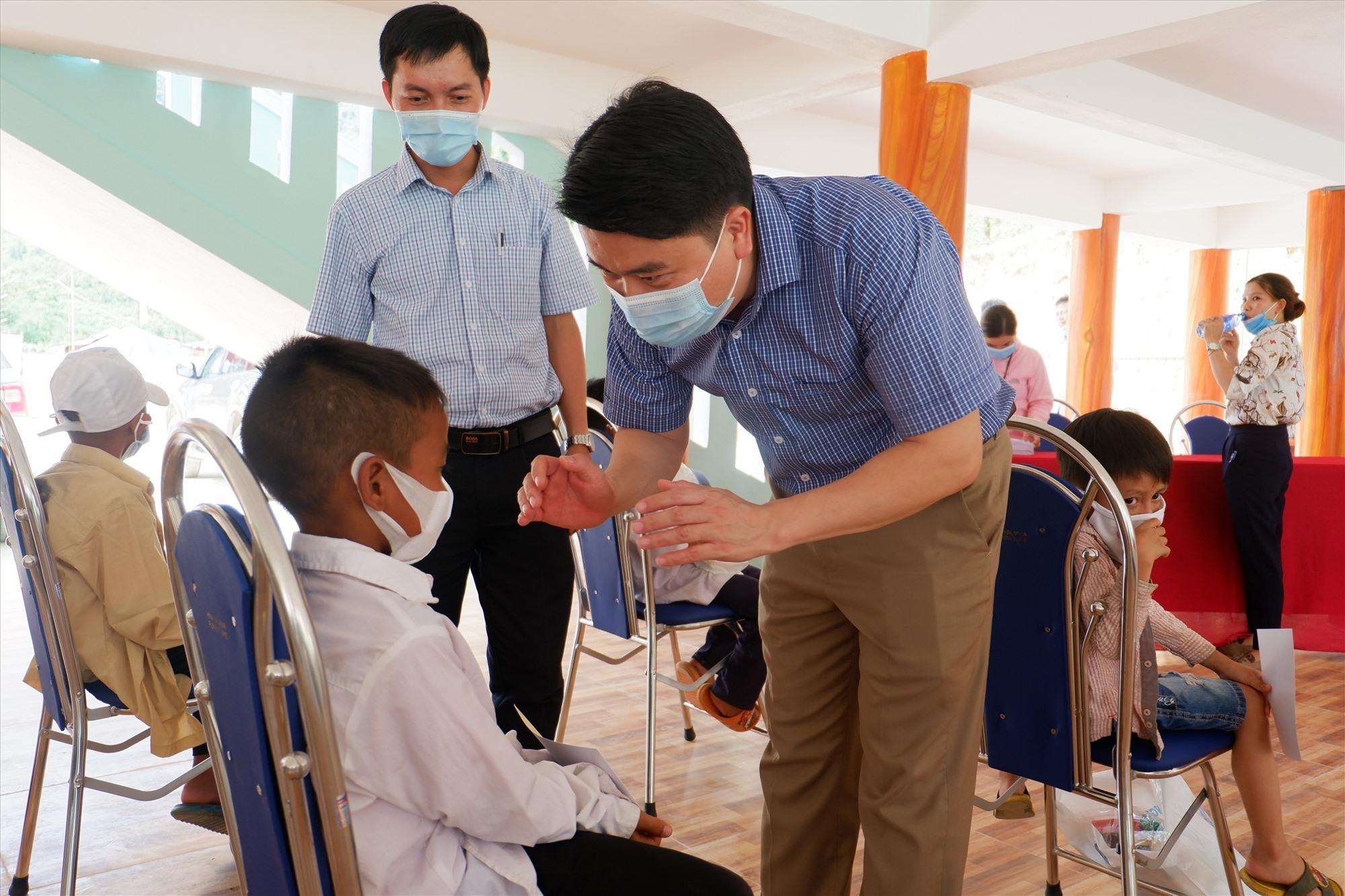 Đồng chí Trần Văn Tân dặn dò các em giữ gìn vệ sinh thân thể trong dịp hè. ảnh: X.H