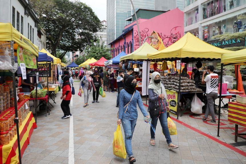Mua sắm tại khu chợ Ramadam ở KuaLa Lumpur, Malaysia. Ảnh: Reuters