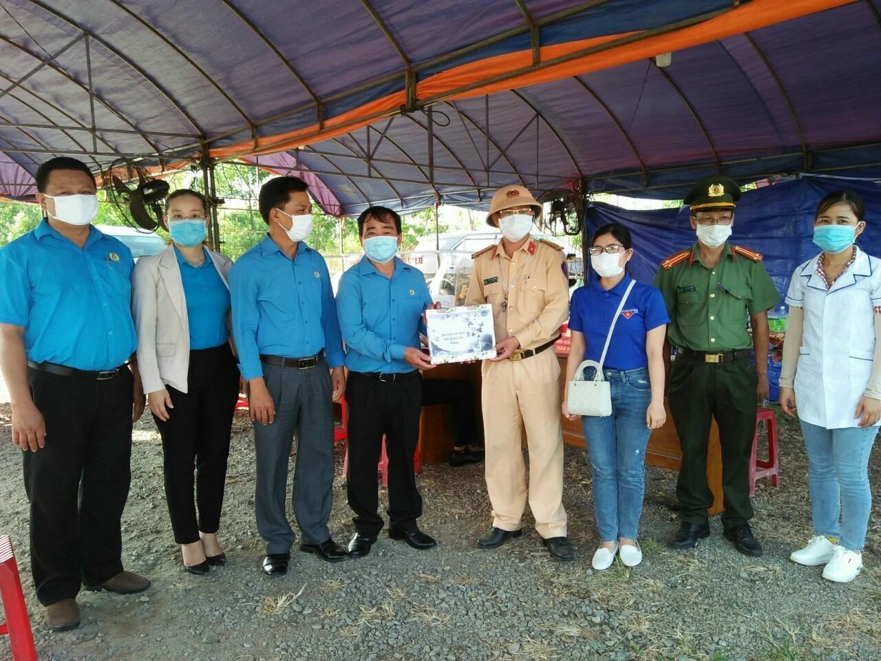 Liên đoàn Lao động tỉnh thăm, tặng quà lực lượng làm nhiệm vụ tại chốt kiểm dịch.