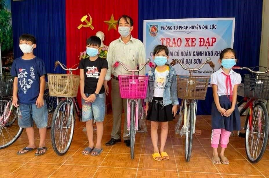 """Ông Võ Ngọc Tốt - Trưởng phòng Tư pháp huyện Đại Lộc trao xe đạp """"Tiếp sức đến trường"""" cho trẻ em Đại Sơn. Ảnh: T.N"""